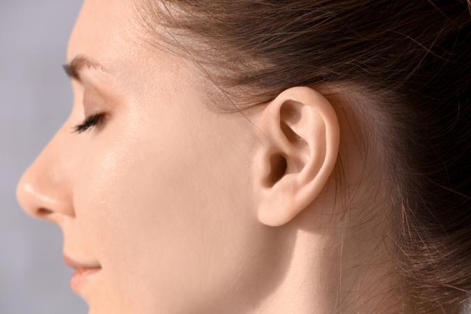 女性の耳元のアップの画像