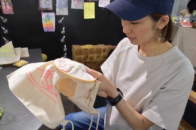 刺繍をするヤハラリカ