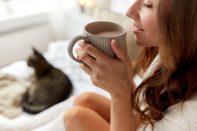 ココアを飲む女性の画像