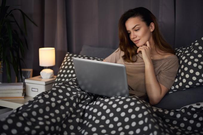 夜、パソコンを見る女性