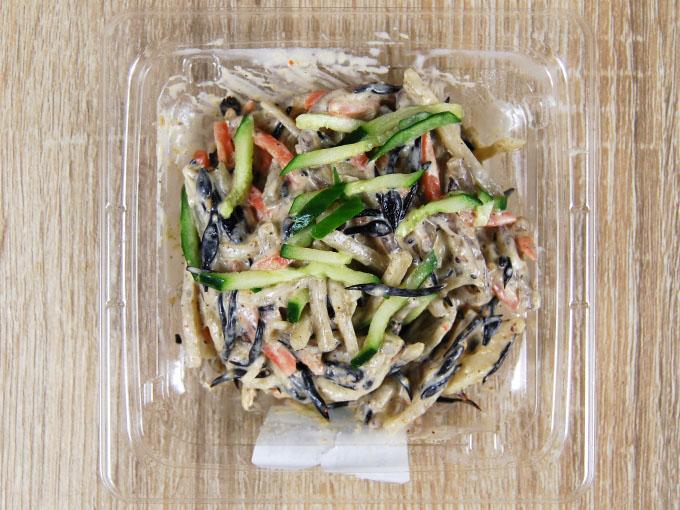 容器の蓋を開けた「根菜とひじきのごまマヨサラダ」の画像