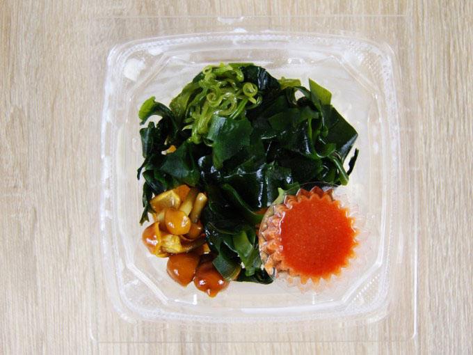 容器の蓋を外した「めかぶと明太子のとろーり豆腐」の画像