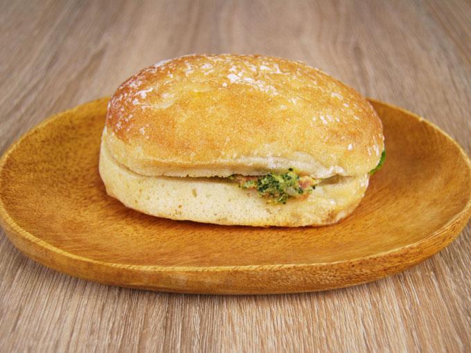 皿に乗った「チャバタ(スモークサーモン&ブロッコリー)」の画像