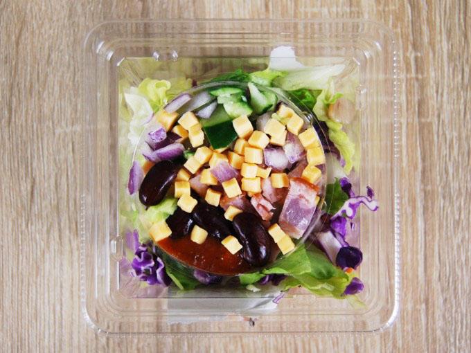 蓋を開けた「スパイシーアボカドポテトサラダ」の画像