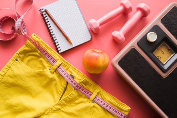 体重計とダイエットノートなどが並んでいる