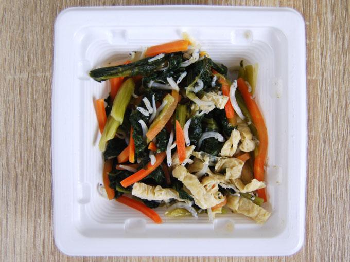 容器の蓋を外した「小松菜とちりめんのおひたし」の画像