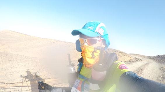 砂漠の中を走るヤハラリカ