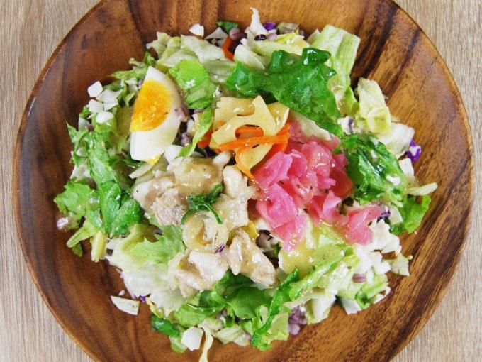 お皿に移した「豚カルビの雑穀ボウルサラダ」の画像