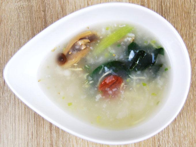 お皿に移した「梅としらすのおかゆスープ」の画像