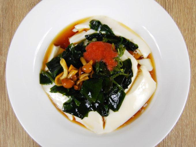 お皿に移した「めかぶと明太子のとろーり豆腐」の画像