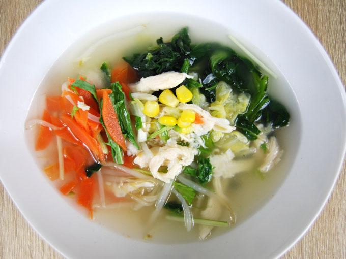 器に盛った「7種野菜の鶏塩スープ」の画像