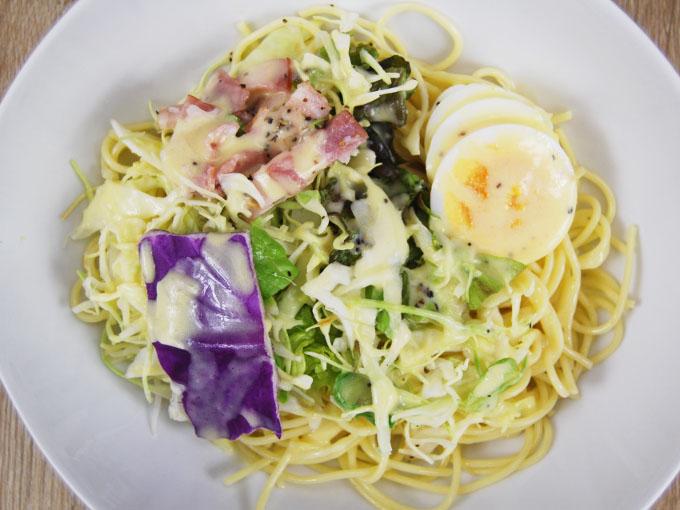 皿に盛られた「カルボナーラ風パスタサラダ」の画像