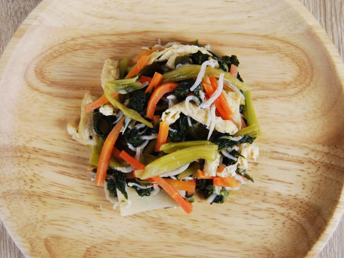 お皿に移した「小松菜とちりめんのおひたし」の画像