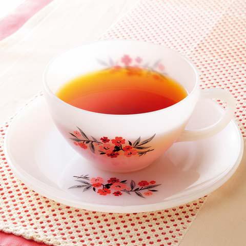 紅茶を注いだティーカップ