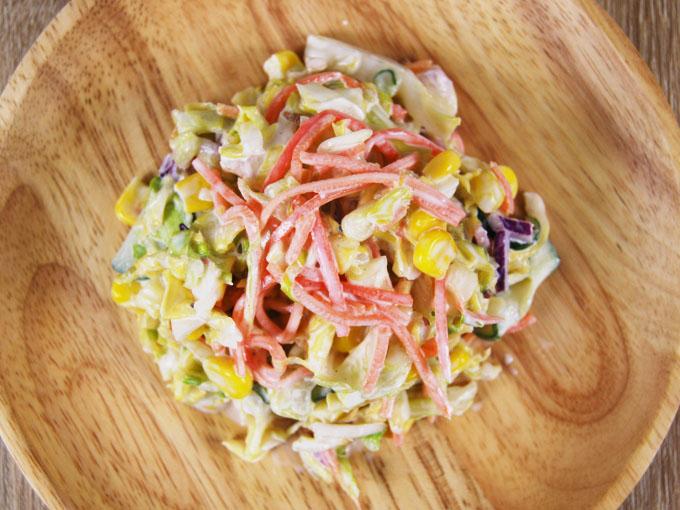 お皿に移した「春キャベツのコールスローサラダ」の画像