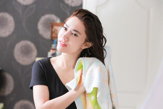 髪をタオルで拭く女性