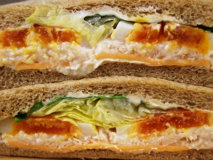 お皿に移した「全粒粉サンド半熟たまごとサラダチキン」を横にしたアップ画像