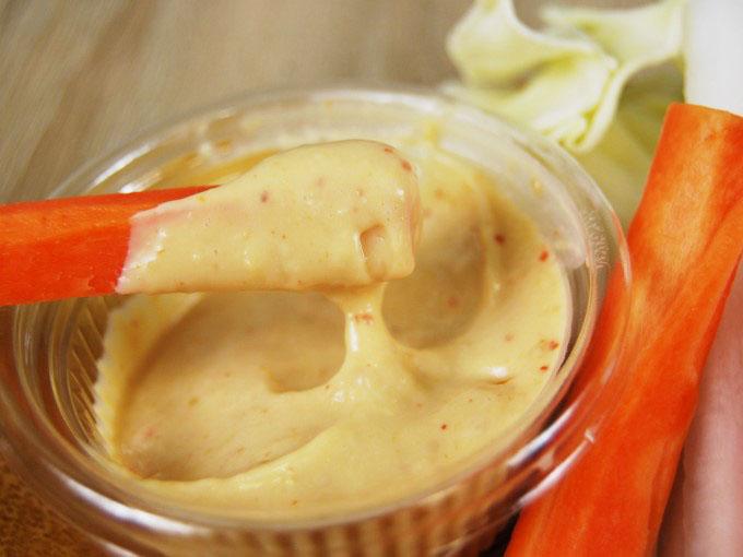 「大盛り野菜スティック」のニンジンに味噌マヨをつけた画像