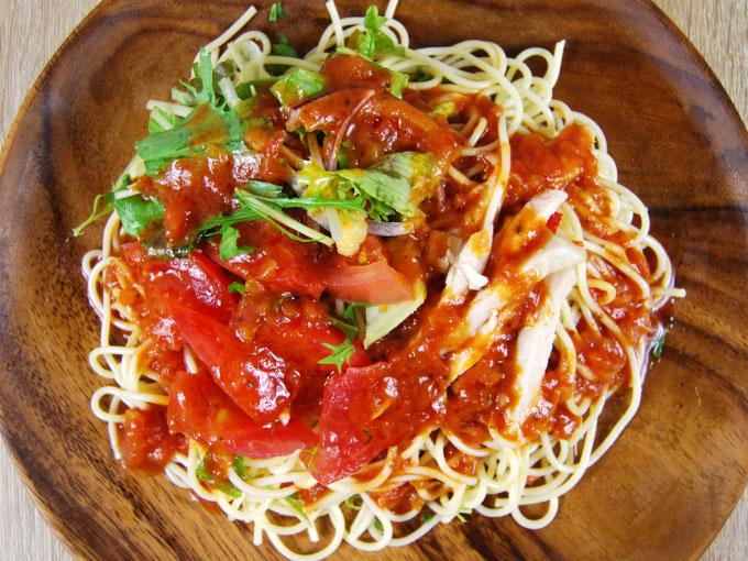 お皿に移した「1/2日分野菜冷たいパスタ 蒸し鶏とトマト」の画像