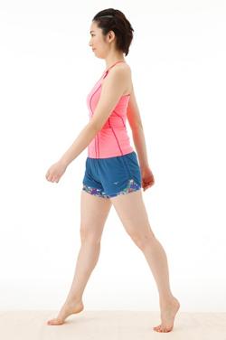 つま先立ちのまま右足を一歩前へ女性のモデル