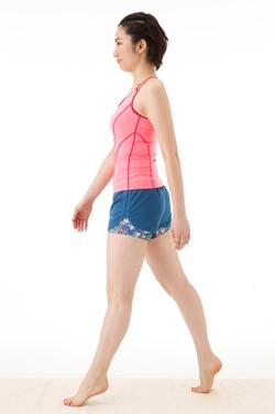 3、つま先立ちのまま右足を一歩前へ 2の姿勢をキープしたまま、右足を一歩前へ出します。腕は肩の力を抜き、脚の動きに合わせて自然に振りましょう。目線は正面に向けておくこと。