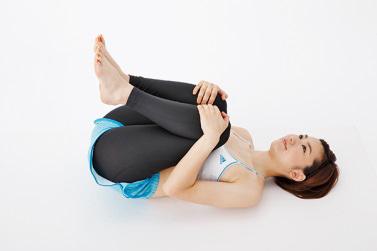 曲げたひざを抱え、腰を伸ばす