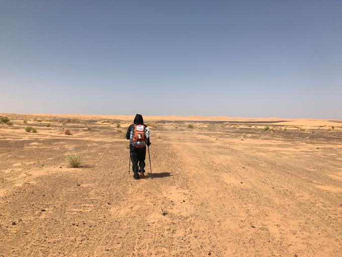 ひとりでサハラ砂漠をすすむ様子