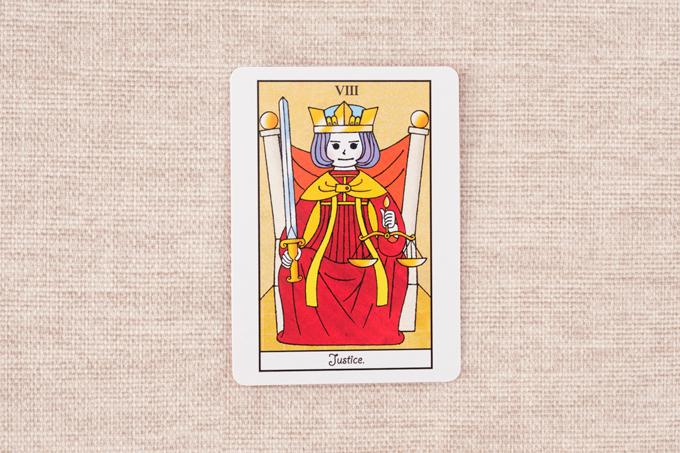 椅子に座って剣を持つ女性の絵