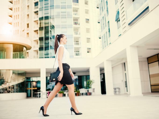 美しい歩き姿の女性
