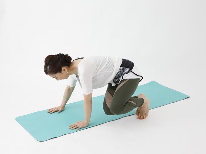 体の前で床に手を付き左右にジャンプ