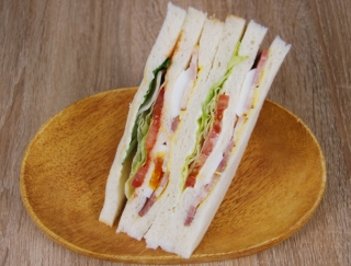 「ダントツにおいしい!」 他のサンドイッチと差をつける新作「ベーコンレタストマトサンド」がファミマに新登場
