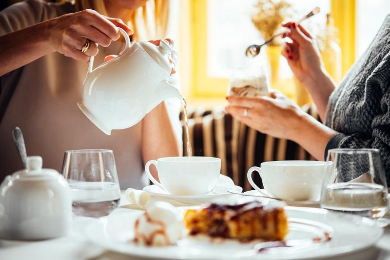 紅茶を注ぐ女性