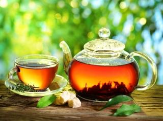 紅茶の入ったポットとティーカップ