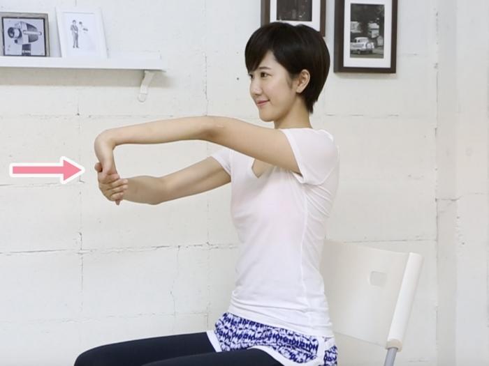 腕の内側を伸ばすストレッチ