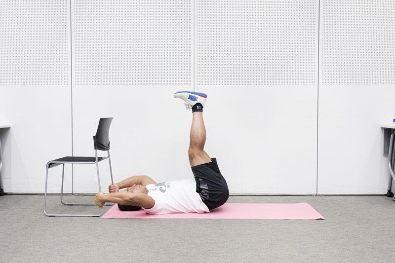 仰向けの状態から両脚を90度の角度まで上げる桑原先生