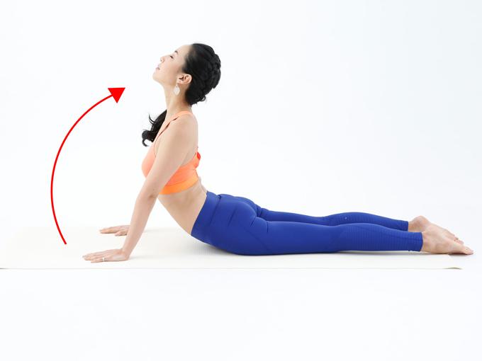 【2】上体をゆっくり反らせていき、気持ちのいいところでストップ。