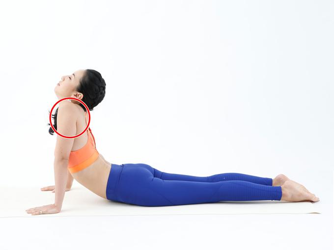肩周りの筋肉が緊張してしまいます。首を長くするイメージを持ち、肩を下げた状態で背中を反らせましょう。