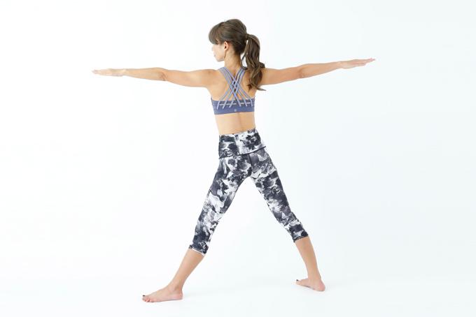 脚と腕を前後に広げる