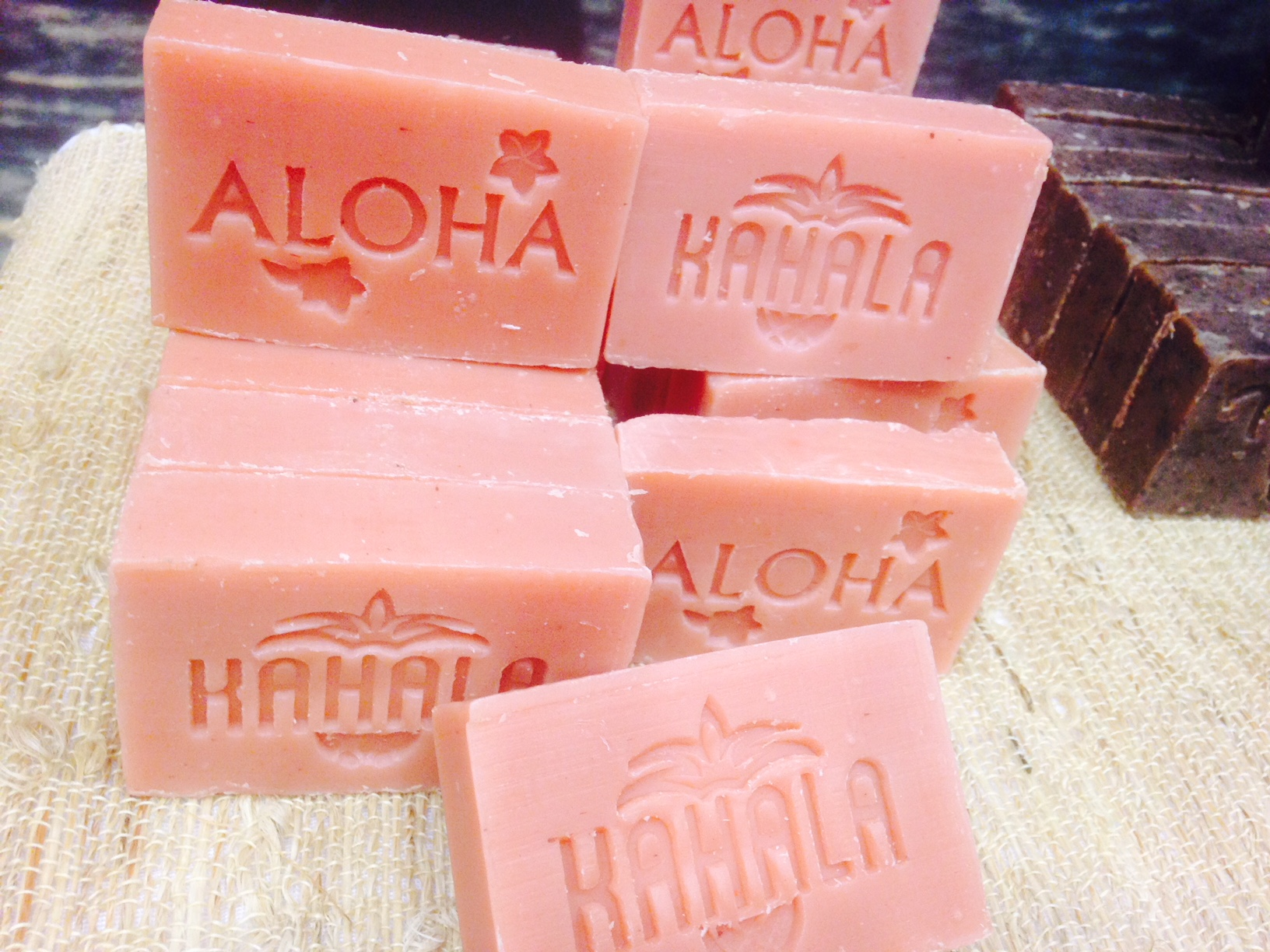 ピンクの石けん。アロハの文字