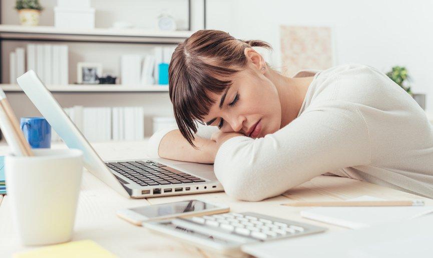 デスクで寝る女性