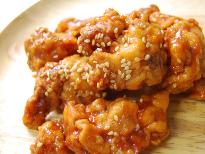 お皿に移した「コチュジャンたれの鶏唐揚げ」のアップ画像
