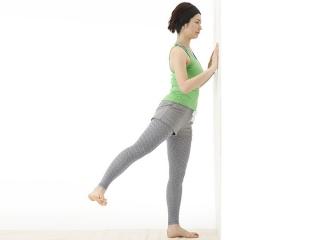 壁を使って右脚を上げるエクササイズ