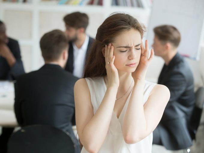 職場で頭痛に悩む女性