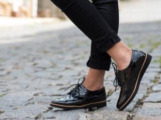 革靴を履いた女性の足の画像