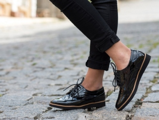 足をゴシゴシ洗うのはNG!? 足の匂いの原因と匂いに効果的な靴のケア方法