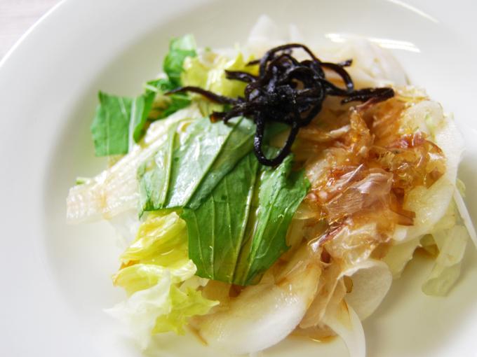 お皿に移した「淡路島産新玉葱のおつまみサラダ」のアップ画像