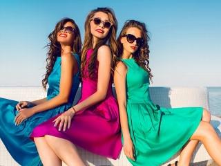 カラフルなワンピースを着た女性3人