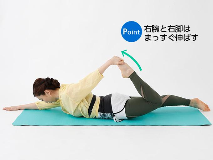 うつぶせの姿勢から左足をつかむ写真