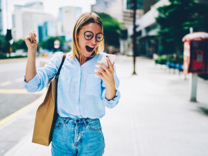 女性が街中を歩いている画像