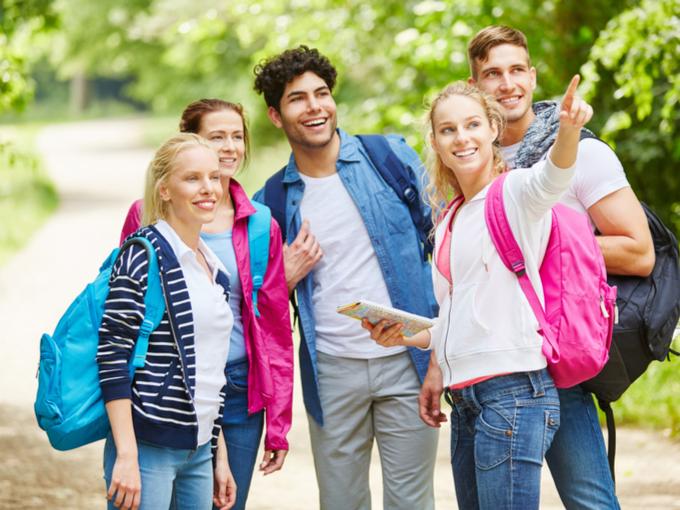 ハイキングに来た若者たちの画像